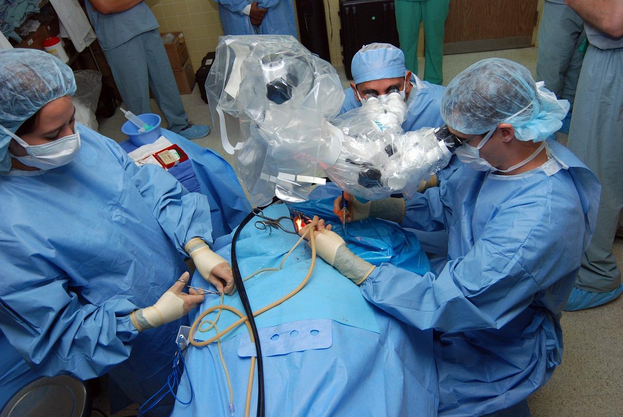 רופאים בניתוח