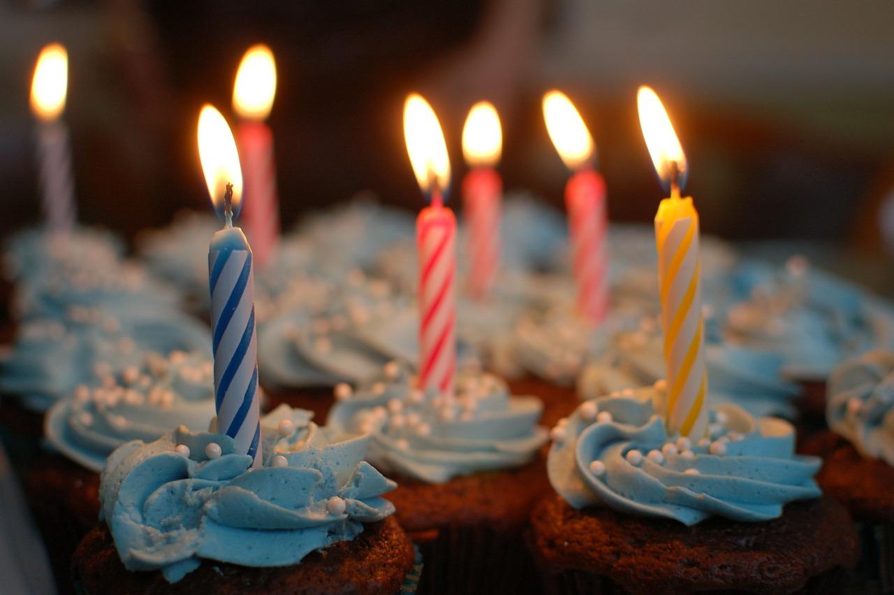 נרות על עוגה