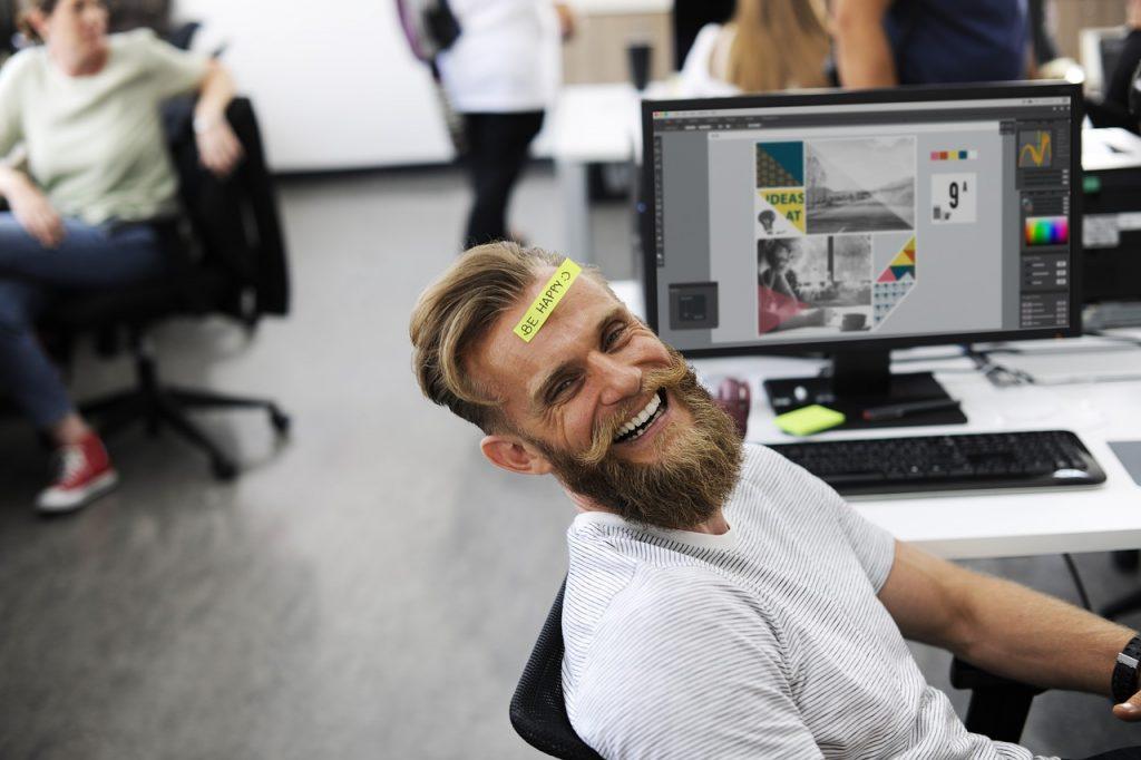 איש צוחק במשרד